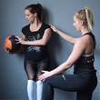 Női fitness, privát edzőteremben, személyi edzővel