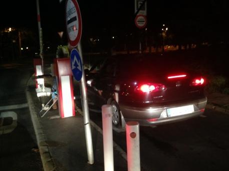 Masina és ember a margitszigeti parkoló kijáratánál (fotó: ittlakunk.hu)